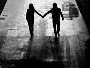 silueta-de-una-pareja,-camino,-noche-175050